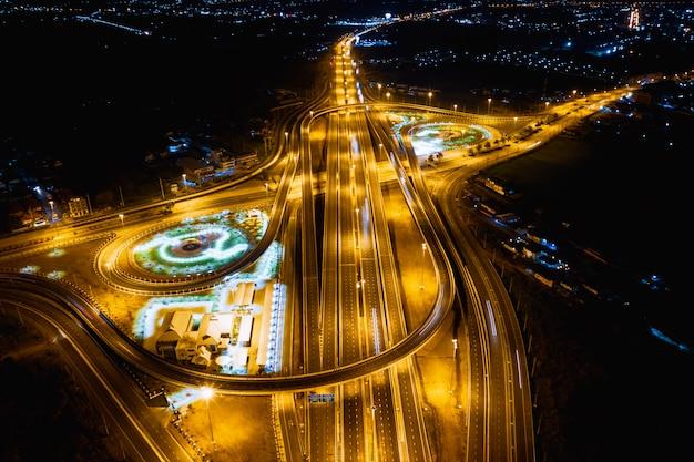 Conexões de via expressa de construção para transporte e logística de negócios à noite