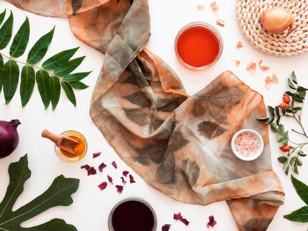 Confecção de pano pigmentado com sortimento de cores naturais