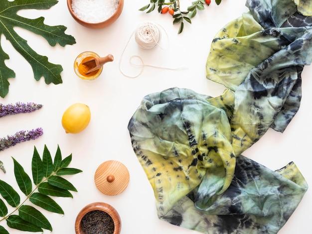 Confecção de tecido pigmentado com arranjo de cores naturais