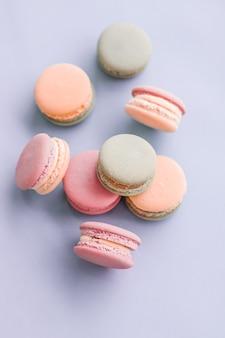 Confeitaria de confeitaria e conceito de marca macarons franceses em fundo azul parisiense chique café sobremesa doce comida e bolo macaron para confeitaria de luxo design de cenário de férias de marca