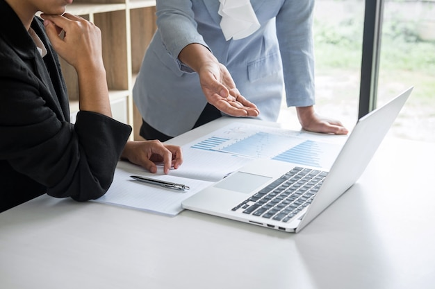 Conferência de equipe líder da empresária na apresentação da reunião para planejar o trabalho do projeto de investimento e a estratégia de negócios, conversando com o parceiro, financeiro e contabilidade