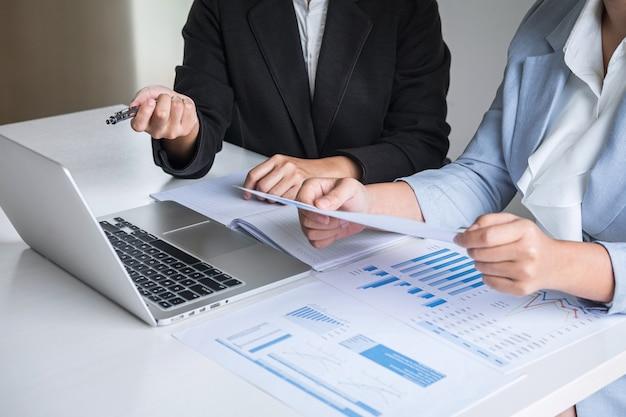 Conferência de equipe líder empresária na apresentação da reunião para o planejamento do trabalho de projeto de investimento e estratégia de negócios, conversando com o conceito de parceiro, financeiro e contabilidade