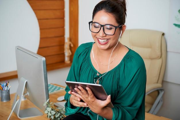 Conferência de negócios online em tablet pc