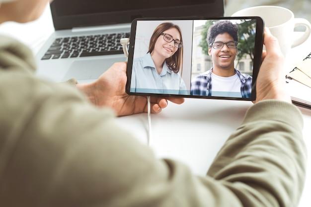 Conferência online de colegas através de um tablet. videochamada para treinamento. bate-papo educacional por webinar. reunião de equipe.