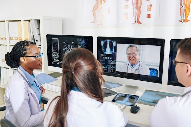 Conferência online de médicos