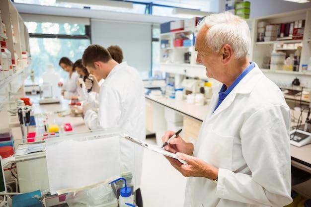 Conferencista vigiando sua aula de ciências