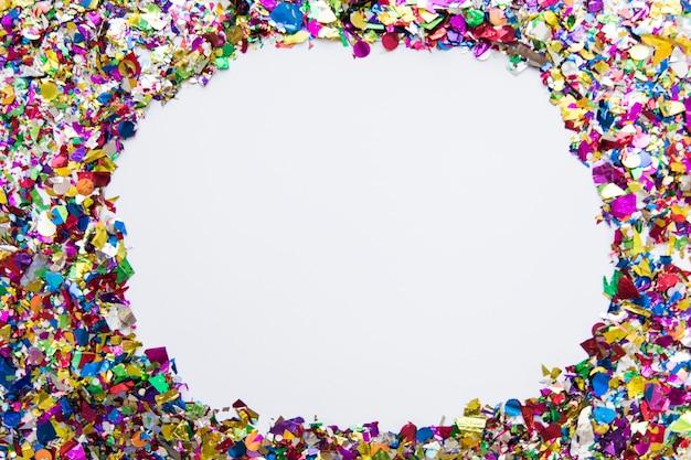 Confete colorido com copyspace para escrever texto sobre fundo branco