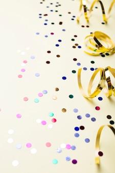 Confete colorido e fitas douradas