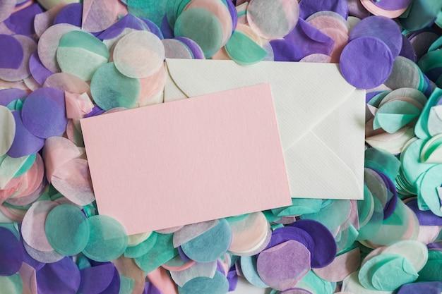 Confete de cor pastel de vista superior com envelopes no meio