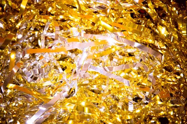 Confete dourado de alto ângulo para festa de ano novo