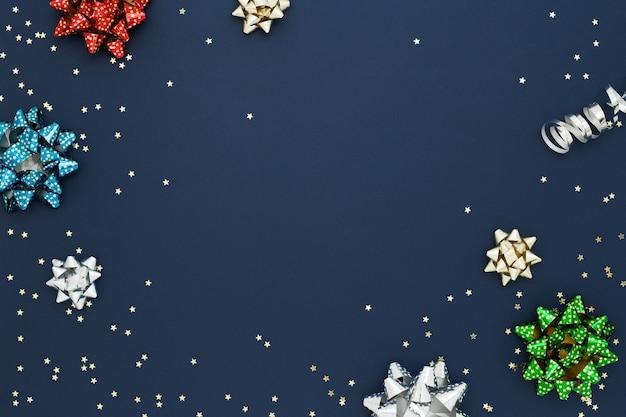 Confete e arcos na superfície azul