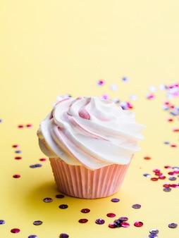 Confete e muffin de aniversário delicioso