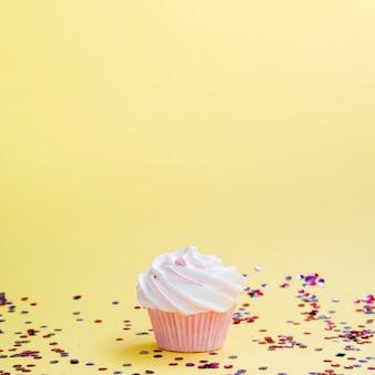 Confete e muffin de aniversário simples