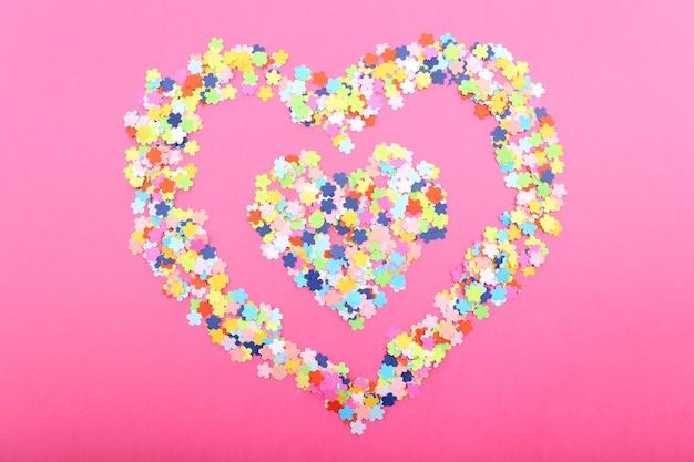 Confete em fundo rosa