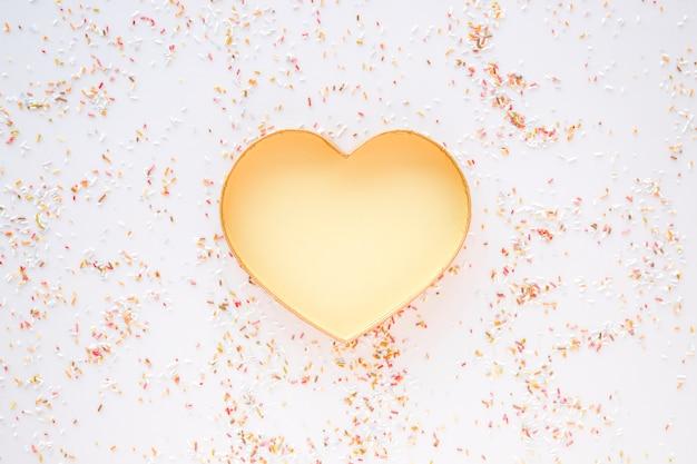 Confete em torno do coração de ouro