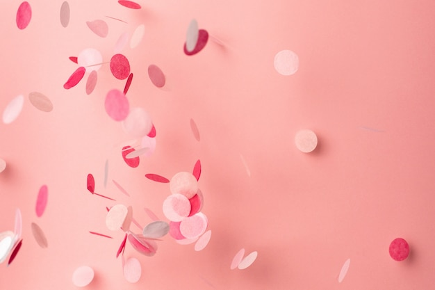 Confete rosa sobre fundo rosa