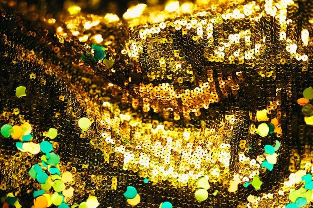 Confete sobre fundo dourado brilhante