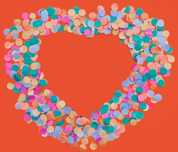 Confetes coloridos em forma de coração