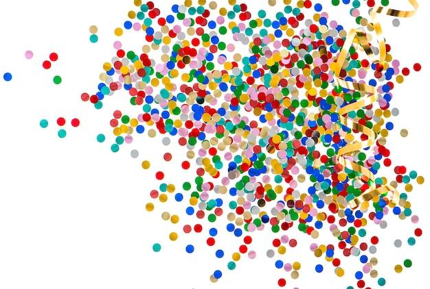 Confetes coloridos variados com serpentina dourada sobre fundo branco vermelho azul verde