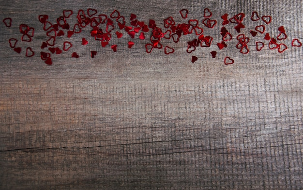 Confetes de corações no chão de madeira