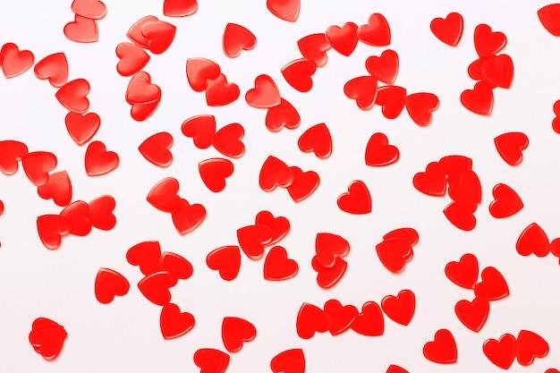 Confetes de corações vermelhos e quadro branco close-up, conceito de romance, copie o espaço