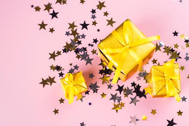 Confetes e caixas de presente dourada