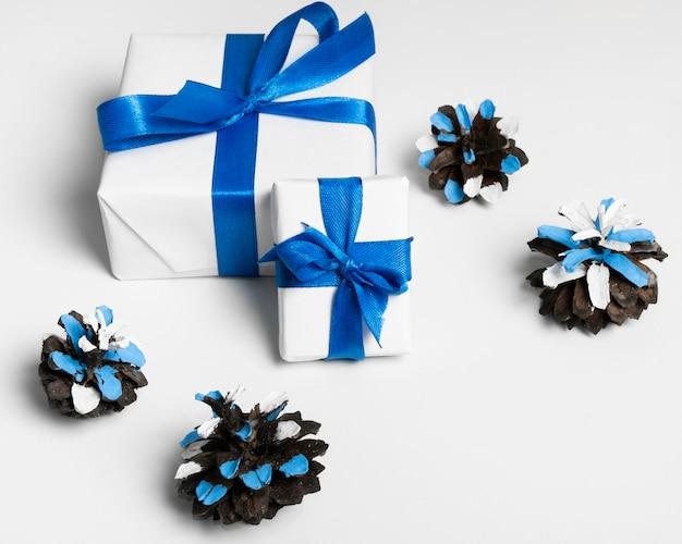 Confetes e presentes embrulhados feliz hanukkah
