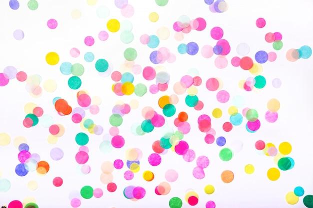 Confetes em fundo branco. conceito de festa de aniversário