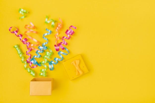 Confetes fora da caixa de presente com cópia-espaço