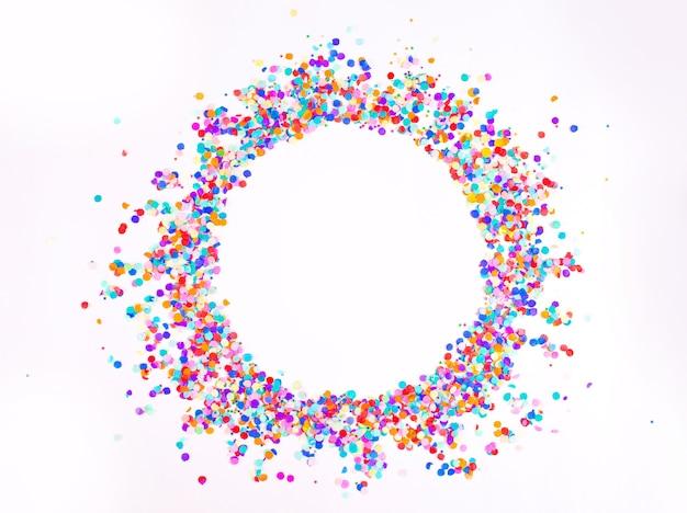 Confetes pequenos multicoloridos em um fundo branco. vista do topo.