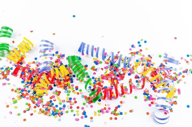Confetes variados coloridos com serpentina em branco