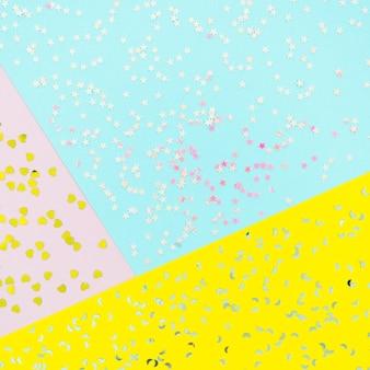 Confetti de vista superior em fundo colorido