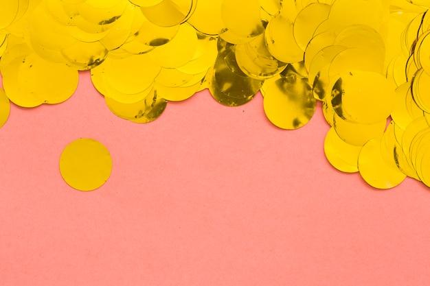 Confetti dourado em rosa