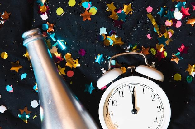 Confetti e garrafa de champanhe de vista superior