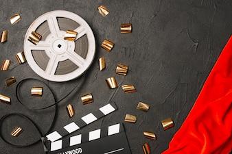 Confetti em bobina de filme e clapperboard