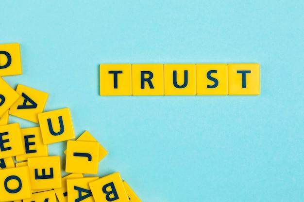 Confiança palavra em telhas scrabble
