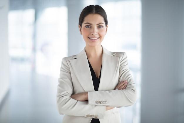 Confiante, bonito, negócio, mulher, braços, cruzado