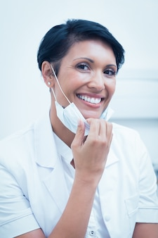 Confiante dentista feminino sorrindo