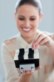 Confiante empresária que consulta um titular de cartão de visita