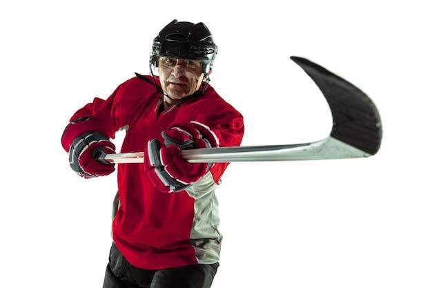 Confiante. jogador de hóquei masculino com o taco na quadra de gelo e parede branca. desportista usando equipamento e praticando capacete. conceito de esporte, estilo de vida saudável, movimento, movimento, ação.
