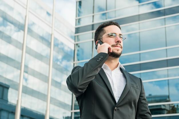 Confiante jovem empresário segurando o documento na mão