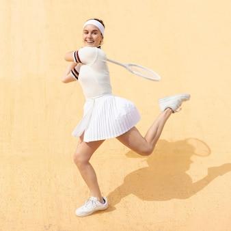 Confiante jovem tenista batendo