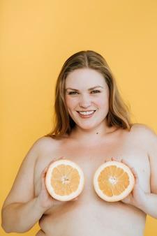 Confiante, mais mulher de tamanho com peitos de fruta