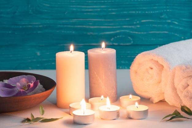 Configuração de bem-estar spa com sal marinho e velas iluminadas