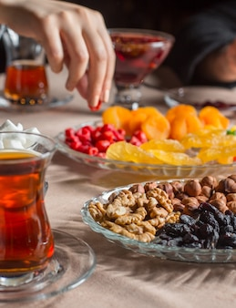 Configuração de chá com chá preto em vidro armudu com furits secos e nozes