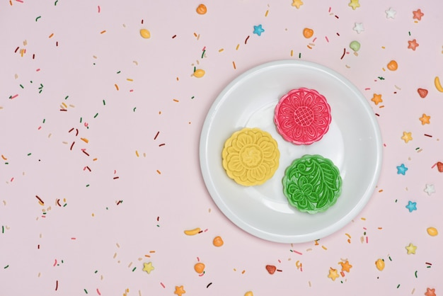 Configuração de festa de mesa. mooncakes coloridos do festival de meados do outono tradicional.