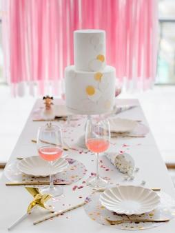Configuração de mesa de aniversário ou casamento nas cores brancas com cocktails em copos. festa do chá de bebê ou menina. foco seletivo
