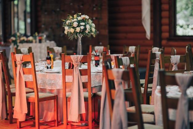Configuração de mesa de casamento de luxo para refeições requintadas no interior