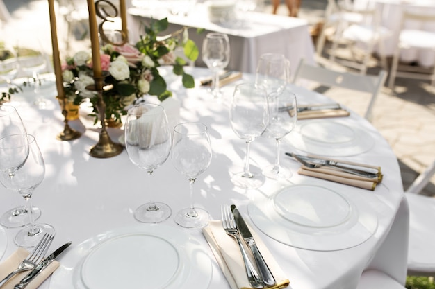 Configuração de mesa de casamento decorada. mesa de banquete para os hóspedes ao ar livre com vista para a natureza verde