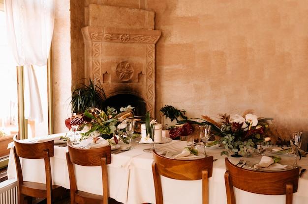 Configuração de mesa de casamento festivo. decoração de mesa no dia do casamento